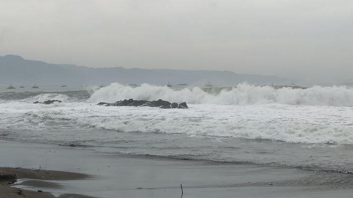 Gelombang tinggi terjadi di perairan Sukabumi, Jawa Barat, Rabu (14/7/2021).