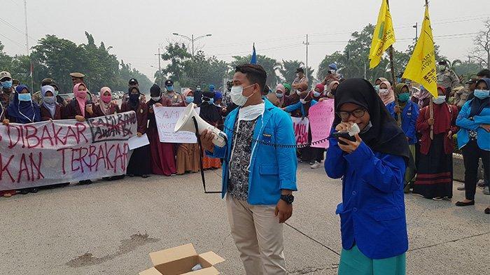 STORY - Gemmas Gelar Aksi Damai di Dumai, Mahasiswi Riau Ini Bacakan Puisi untuk Para Pejabat