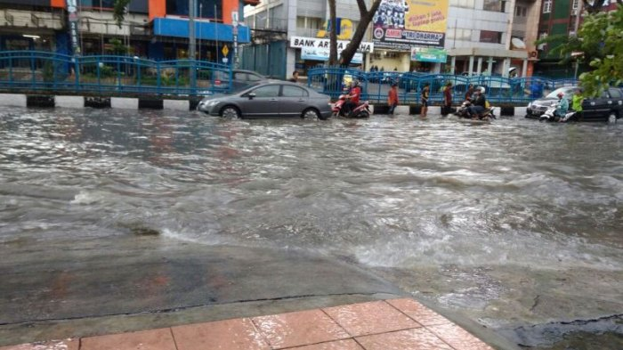 Diguyur Hujan Kurang Dari Satu Jam Ruas Jalan Protokol di Pekanbaru Digenangi Air - genang1_20170323_171408.jpg