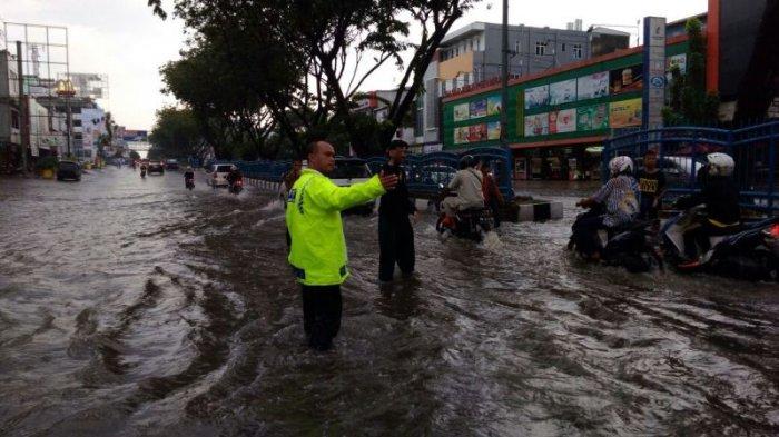 Diguyur Hujan Kurang Dari Satu Jam Ruas Jalan Protokol di Pekanbaru Digenangi Air - genang2_20170323_171619.jpg