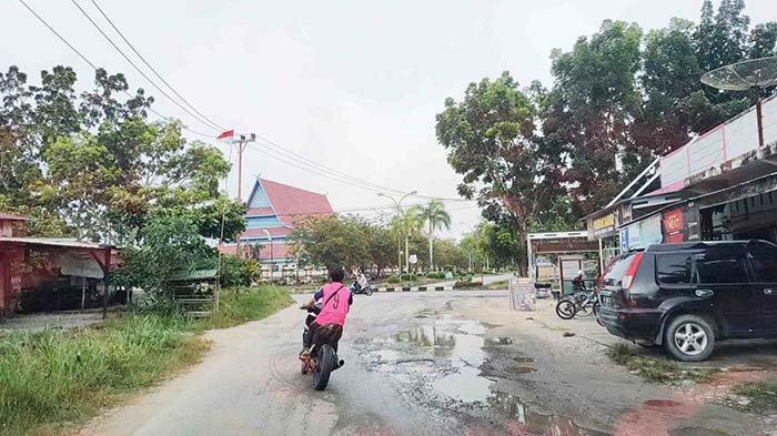 Ada Lubang dan Genangan Air Abadi di Jalan Seminai Pangkalan Kerinci, Kapan Diperbaiki?