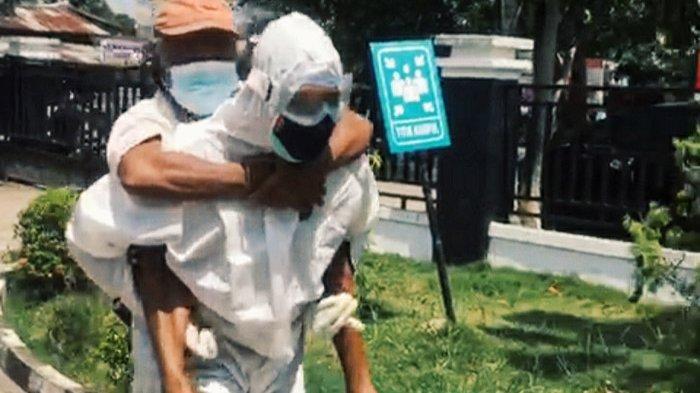Bripka Dedek gendong pasien suspek Covid-19 ke RSUD Puri Husada Tembilahan