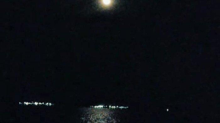 Gerhana Bulan Total di Tembilahan Tertutup Awan, Warga Berkumpul di Dermaga dan Gelar Salat Sunnah - gerhana-bulan-di-dermaga-tembilahan.jpg