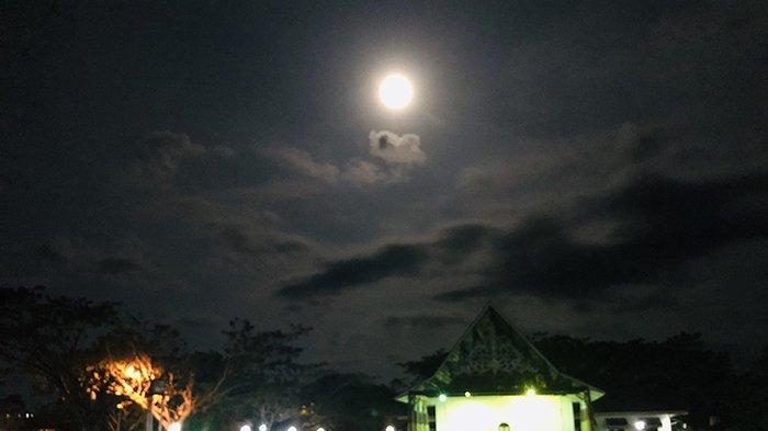 Bulan Hilang Timbul Tertutup Mendung,Warga Berebut Abadikan Super Blood Moon di Kawasan Istana Siak