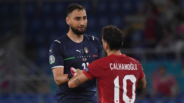 Penjaga gawang Italia Gianluigi Donnarumma (kiri) berinteraksi dengan gelandang Turki Hakan Calhanoglu setelah pertandingan sepak bola Grup A UEFA EURO 2020 antara Turki dan Italia di Stadion Olimpiade di Roma pada 11 Juni 2021.