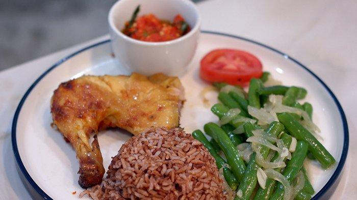 Grilled chicken dengan nasi merah di Marayu Healthy Kitchen Pekanbaru.