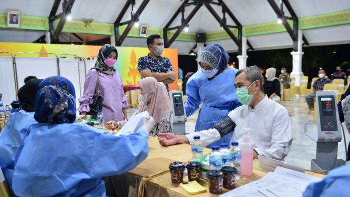 Usai Tarawih, Gubernur Riau Syamsuar dan Istri Suntik Vaksin Tahap II
