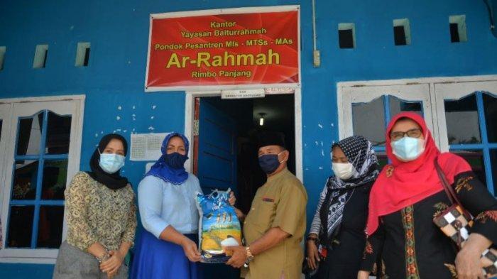 Gubernur Riau & Istri Bagikan Hasil Panen ke Panti Asuhan, Pesantren dan Masyarakat yang Membutuhkan