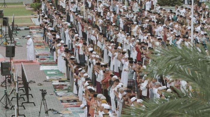 Gubernur Riau dan Wagub Bersama Ribuan Warga Shalat Idul Fitri di Mesjid Annur Pekanbaru