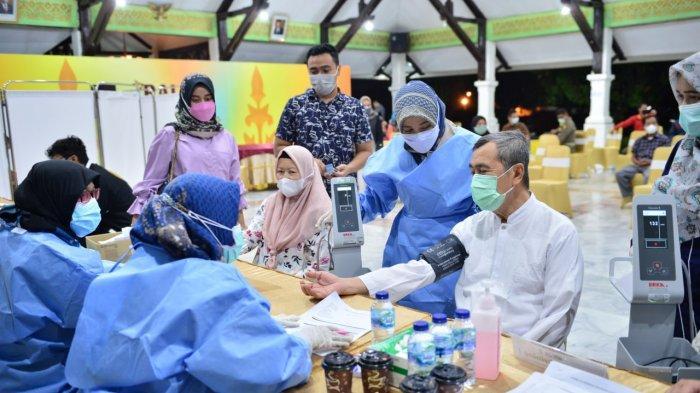 Gubernur Riau Syamsuar dan Istri Jalani Penyuntikan Vaksin Covid-19 Tahap ke II