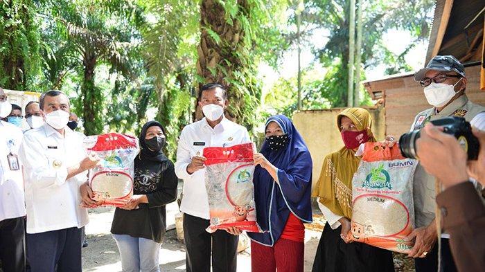 Dapat Beras dari Gubernur Riau,Penghuni Rumah Papan Dekat Kantor Lurah Senang Bukan Kepalang
