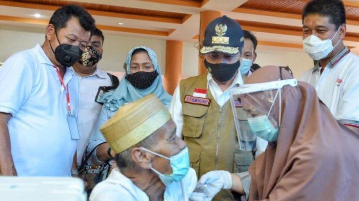 Gubri Syamsuar meninjau vaksinasi Covid-19 di Bengkalis, Rabu (07/04/21)