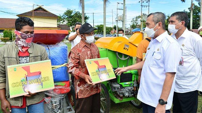 Program Riau Bertani, Gubernur Riau Syamsuar Serahkan Bantuan 284 Unit Alat Pertanian