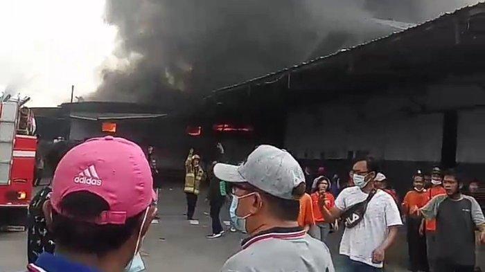 Gudang toko online di Jalan Kapuk Kayu Besar RT 01 RW 02, Kelurahan Kamal Muara, Kecamatan Penjaringan, Jakarta Utara, terbakar pada Rabu (6/10/2021)