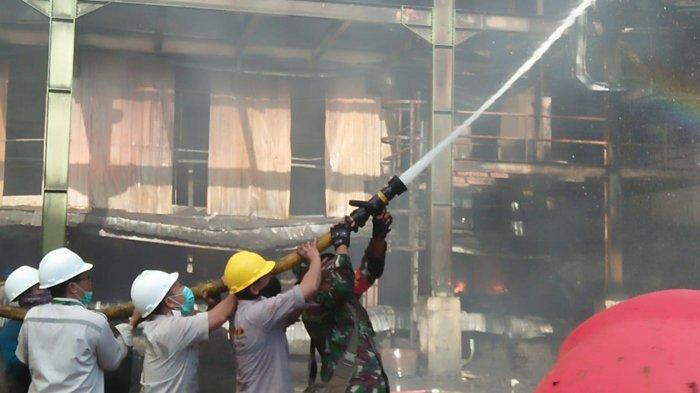 Gumpalan Asap Hitam Tebal Mengepul ke Udara, Gudang Ampas Sawit PT SDS Terbakar di Dumai