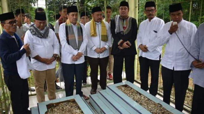 Hadiri Tradisi Hari Raya Enam di Kampar, Gubernur Riau Syamsuar Ikut Ziarah Kubur