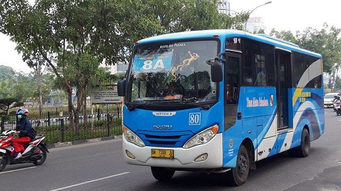 Satu bus TMP melintas di Jalan Jendral Sudirman, Kota Pekanbaru. Ratusan pramudi dan pramugara bus TMP belum gajian selama hampir dua bulan.