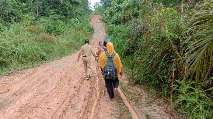 KISAH Guru di Bengkalis Melewati Jalan Berlumpur, Sempena Hari Guru Nasional