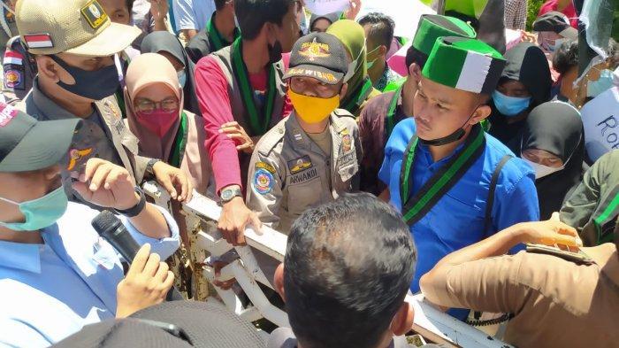 Suasana unjuk rasa oleh HMI Cabang Rohul di halaman gedung DPRD Rohul bersempena dengan Hari Jadi Rokan Hulu ke 22.