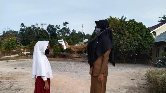 Pelaksanaan belajar tatap muka terbatas hari perdana di SDN 002 Kecamatan Kerumutan, Senin (8/02/2021).