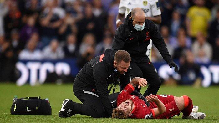 Harvey Elliott (kanan) mengerang kesakitan, kakinya patah ditekel keras dalam laga Leeds vs Liverpool.