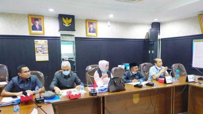 Suasana hearing Komisi II DPRD Pekanbaru dengan Bapenda Pekanbaru, bahas APBD Murni 2021, Senin (2/11/2020) di ruang Banmus.