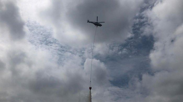 Helikopter Super Puma Putih Latukan Water Bombing 5 Ribu Liter Saat Simulasi Pemadaman Karhutla