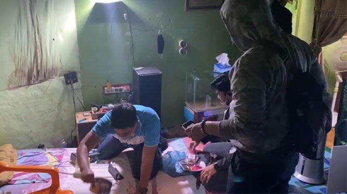 Polisi saat menggerebek sebuah rumah di daerah Kampung Dalam, Kecamatan Senapelan, Kota Pekanbaru, Provinsi Riau, pada Sabtu (12/12/2020) dini hari lalu.