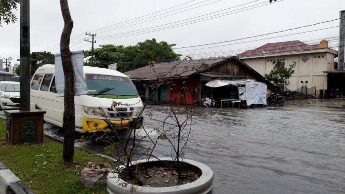 Hujan deras membuat air genangi ruas jalan di Jalan Soebrantas Panam Pekanbaru, Sabtu (27/3/2021).