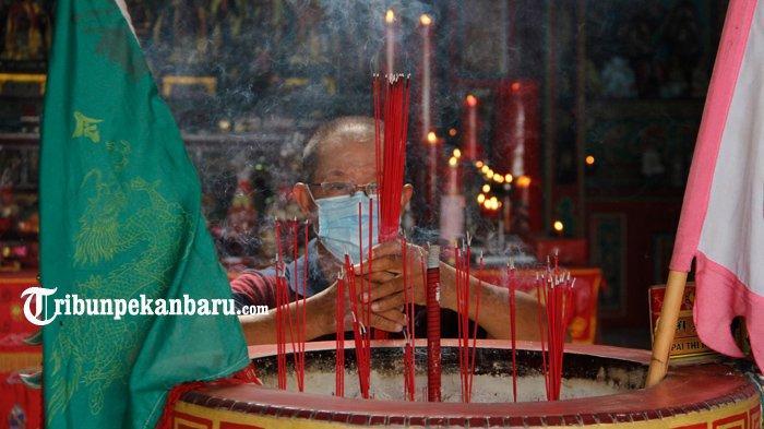 Ibadah Imlek di Vihara Surya Dharma Pekanbaru