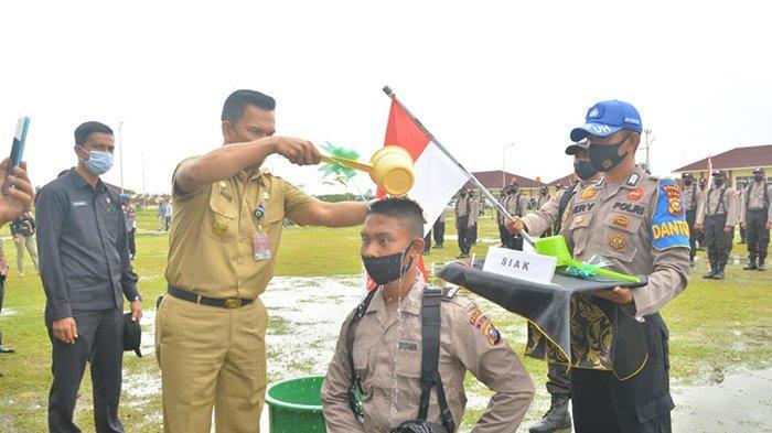 Pjs Bupati Siak Ikut Potong Rambut dan Mandikan Bintara Polri di SPN Kampar