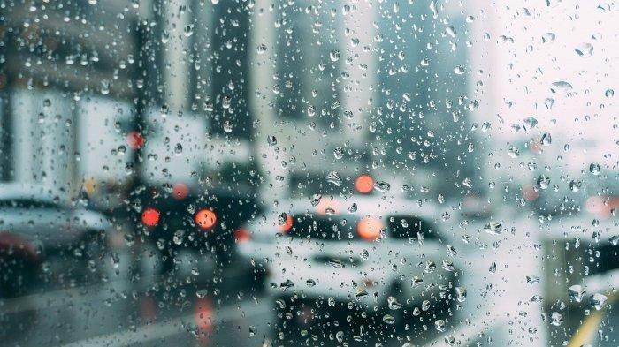 Kapolsek Batang Gansal Basah Kuyup Diguyur Hujan saat Atur Kemacetan di Jalan Lintas Timur