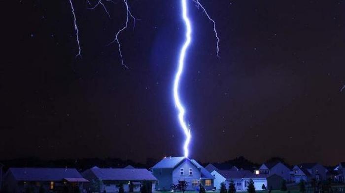 Lagi Main Handphone Saat Hujan, Pria Ini Tewas Disambar Petir