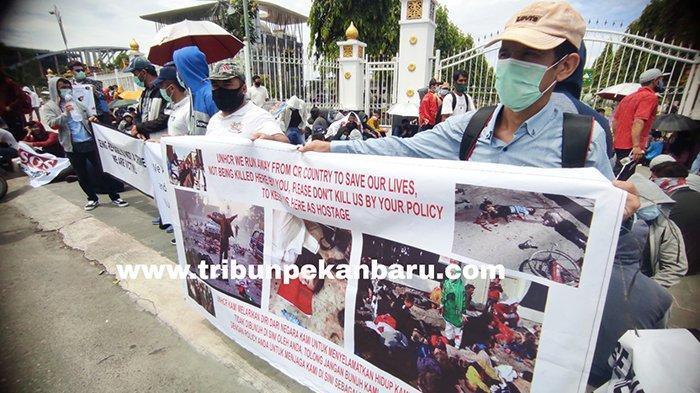 FOTO : Ratusan Imigran Unjuk Rasa di Depan Kantor Gubernur Riau - imigran-demo-di-pekanbaru-senin.jpg
