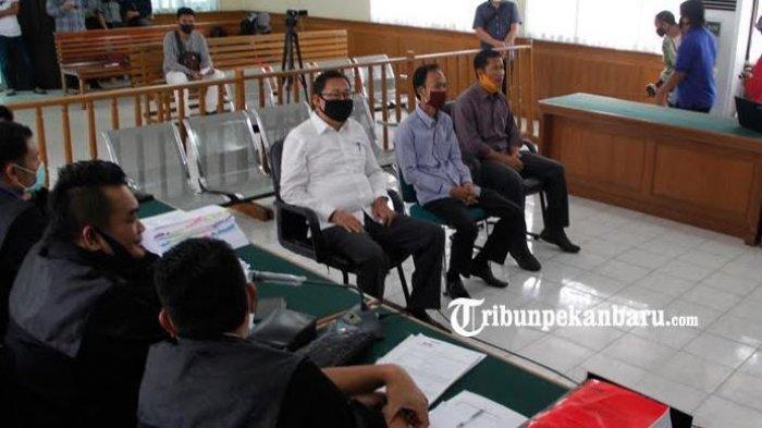 Berita Foto: Ketua DPRD Riau, Indra Gunawan EET Bersaksi Dalam Sidang Dugaan Tipikor di Bengkalis - indra-gunawan-eet-menjalani-sidang-perkara-dugaan-korupsi-proyek-jalan-duri-sei-pakning.jpg