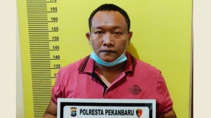 Inilah tampang pelaku pembuatan surat bebas Covid-19 palsu di bandara Pekanbaru.
