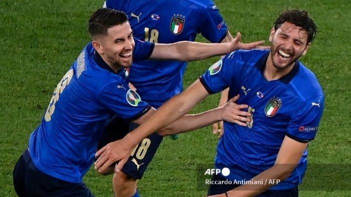 FILES) Dalam file foto yang diambil pada 16 Juni 2021, gelandang Italia Manuel Locatelli (kanan) merayakan dengan gelandang Italia Jorginho setelah ia mencetak gol kedua tim selama pertandingan sepak bola Grup A UEFA EURO 2020 antara Italia dan Swiss di Stadion Olimpiade di Roma. Selama Euro Italia, Manuel Locatelli dengan cepat tumbuh dengan