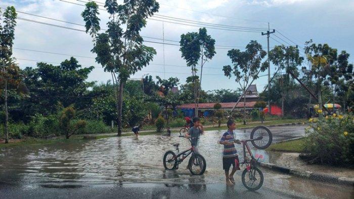 Intensitas Hujan Masih Tinggi, BPBD Pelalawan: Waspada Genangan Air di Jalan Raya Saat Berkendara
