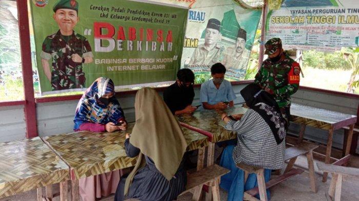 TNI Bantu Sediakan Hotspot dan Kuota Internet Untuk Belajar Daring Siswa di Rumbio Jaya Kampar