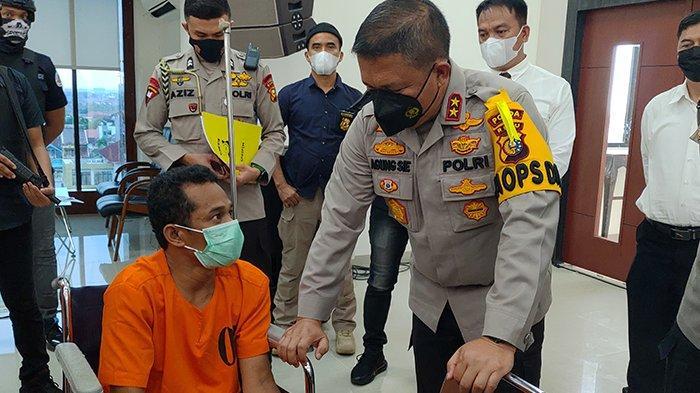 Kapolda Riau Irjen Agung Setya Imam Effendi saat mengintrogasi tersangka Herman dalam kegiatan ekspos kasus, Jumat (5/3/2021)/Rizky Armanda