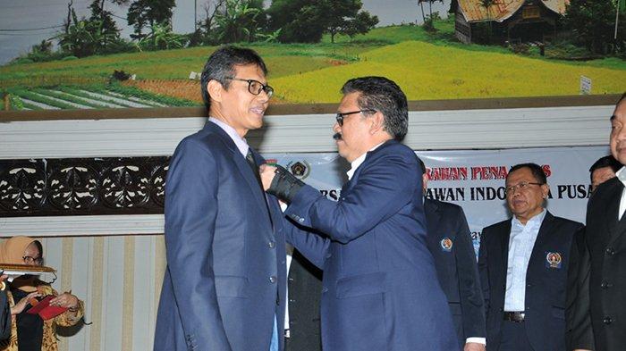 Pena Emas PWI untuk Irwan Prayitno Bernilai Cumlaude