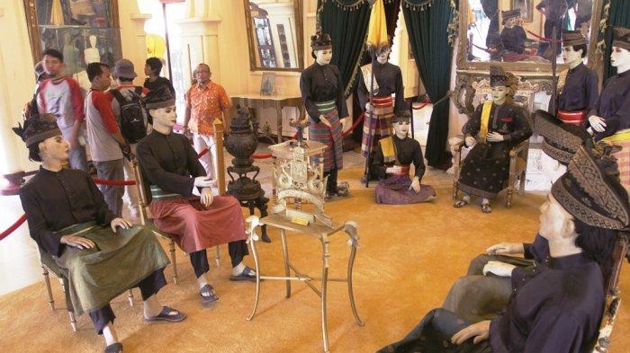 Lantai bawah dibagi menjadi enam ruangan sidang: Ruang tunggu para tamu, ruang tamu kehormatan, ruang tamu laki- laki, ruang tamu untuk perempuan, satu ruangan di samping kanan adalah ruang sidang kerajaan, juga digunakan untuk ruang pesta. Kini setiap ruang sidang diilustrasikan melalui patung lengkap dengan busana khas Melayu.
