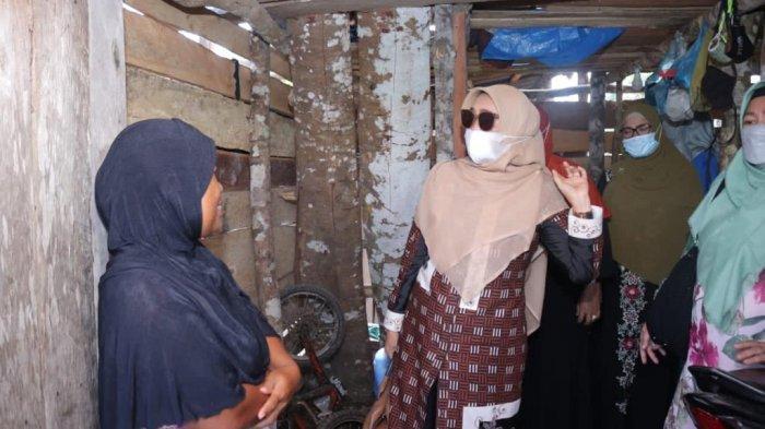 Istri Bupati Siak, IbU Rasidah Alfedri dan rombongan mengunjungi Pasangan suami istri Gireng dan Sarfiah, yang tinggal di sebuah gubuk yang berada di tengah perkebunan karet, Jumat (12/3/2021) siang.