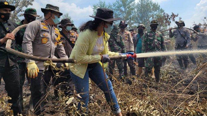 Istri Kapolda Riau Ikut Padamkan Api Karhutla di Riau, Beri Semangat Kepada Polisi yang Bertugas