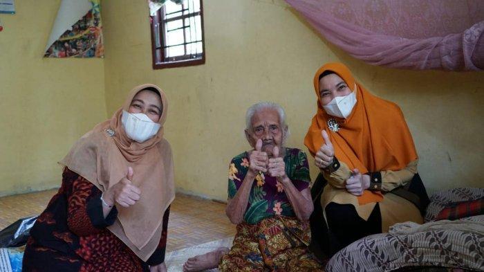 Istri Bupati Siak Datangi Rumah Delmo Taksiah, Perempuan yang Berumur 100 Tahun