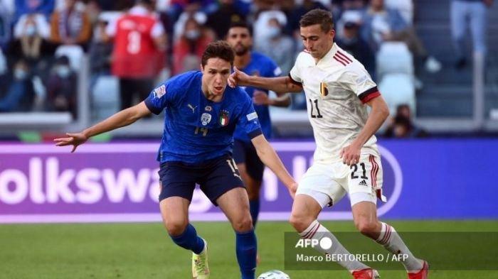 Pemain depan Italia Federico Chiesa berebut bola dengan bek Belgia Timoty Castagne selama pertandingan sepak bola tempat ketiga UEFA Nations League antara Italia dan Belgia, di Stadion Juventus, di Turin, pada 10 Oktober 2021.