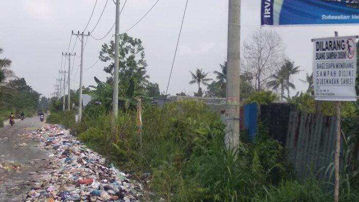 Papan larangan buang sampah di Jalan Daru-daru Kota Pekanbaru sudah dipasang, ironinya daerah itu seperti lautan sampah