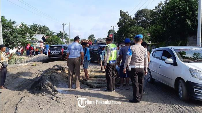 Jalan Rusak di Petapahan, Antrean Kendaraan Mengular Hingga 4 Kilometer dan Makan Waktu Berjam-jam