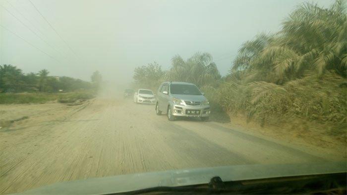 Jalan Simpang Petapahan Rusak Parah dan Berdebu, Padahal Penghubung Utama ke Siak dan Rokan Hulu