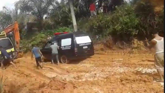 Ambulance Pengantar Jenazah di Kampar Kiri Hulu Riau Terjebak Seharian Akibat Jalan Rusak